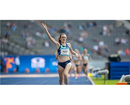 Laura Muir track wave